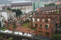 Temporal e ventos destelham casas e causam destruição em cidades gaúchas