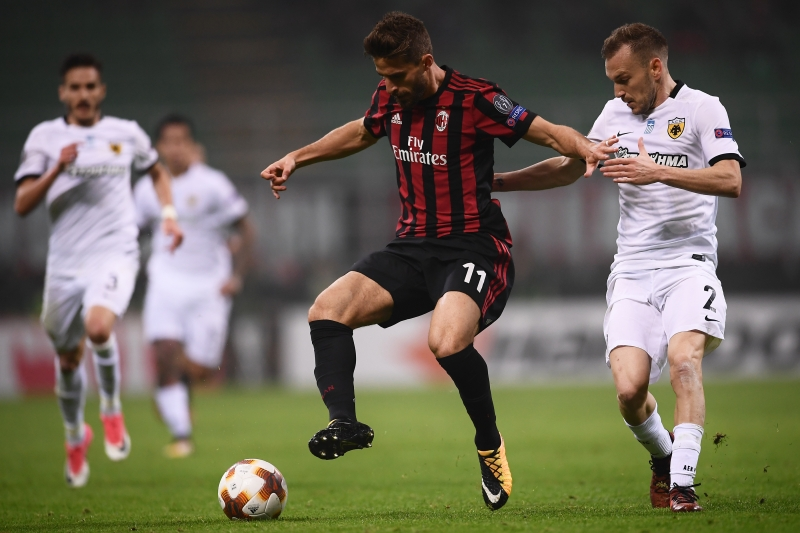 Fabio Borini luta pela posse da bola contra o defensor Michalis Bakakis
