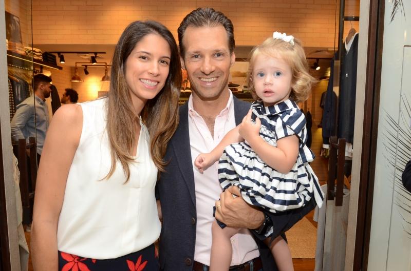 Nathália e João Gaspar Martins Bastos com a filha Valencia