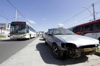 Carros abandonados estão parados em corredor de ônibus