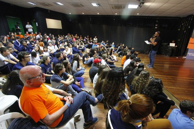 Fórum Tribos nas Trilhas da Cidadania, da ONG Parceiros voluntários, que envolve nove mil estudantes na escola estadual Liberato Salzano Vieira da Cunha