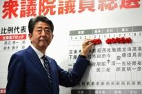 Primeiro-ministro japonês vence e pode mudar Constituição pacifista