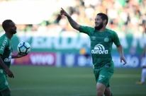 Chapecoense vence, ultrapassa o Fluminense e respira no Brasileirão