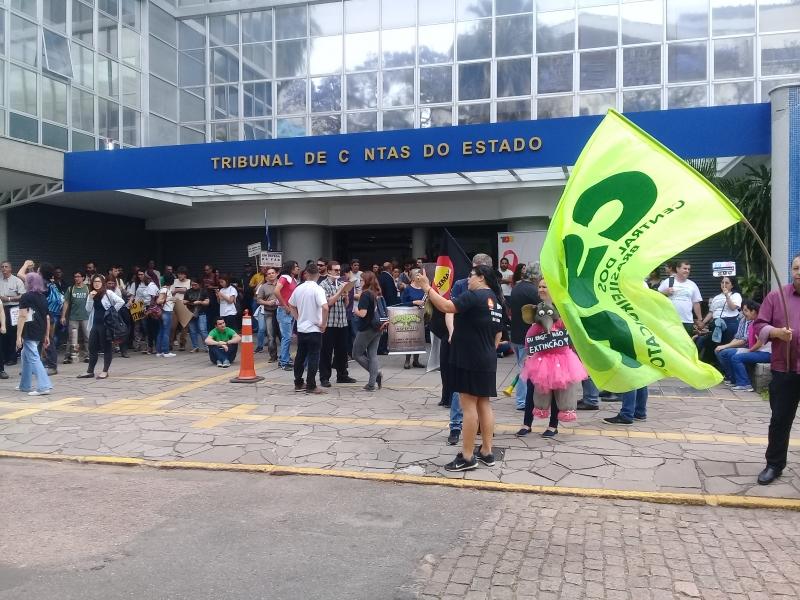 Servidores se mobilizaram para acompanhar sessão do pleno em frente ao TCE