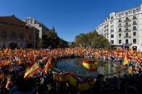 Milhares vão às ruas de Barcelona contra a independência da Catalunha