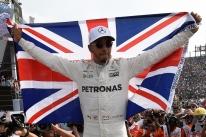 Em GP marcado por batida entre Hamilton e Vettel, inglês é tetra da F-1