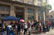 Municipários protestam em frente à sede da SMA contra parcelamento de salários