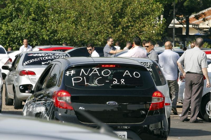 Com inscrições contra o PL, cerca de 200 carros se concentraram no Largo Zumbi antes da carreata
