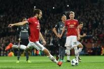 Jovem goleiro do Benfica dá azar de novo e Manchester United encaminha vaga