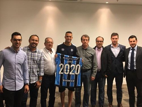 Após o acerto, Luan posou ao lado da camiseta 2020, em referência ao período de término do contrato