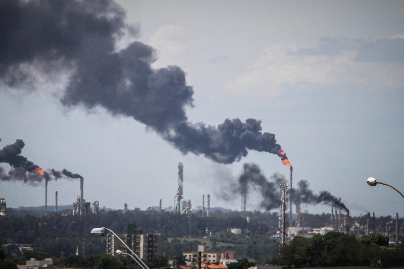 Gases gerados nos processos de produção tiveram que ser direcionados para as chaminés, ocasionando uma emissão intensa de poluentes
