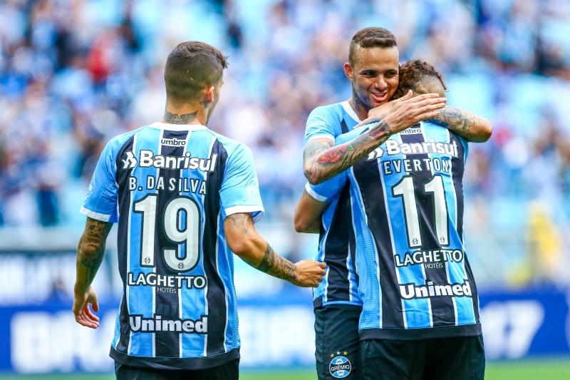 Luan comemora com companheiros um dos tentos do Grêmio contra a meta do Flamengo