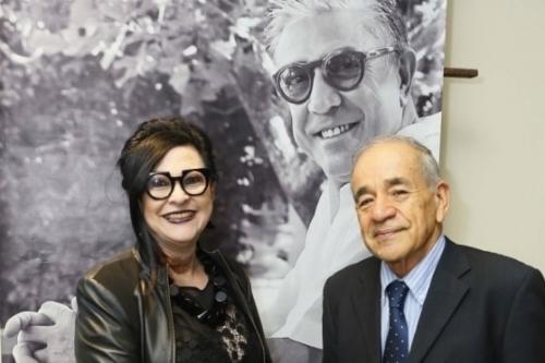 Alice Urbim e Fernando Daiello, com o homenageado da Semana Literária do GNU, Carlos Urbim, ao fundo