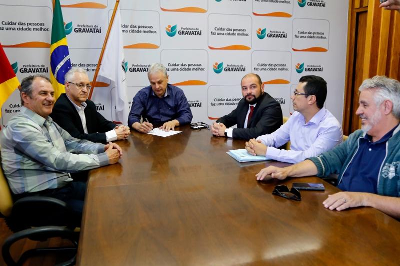 Claudio Zaffari (2º, esquerda para a direita) se reuniu com Marco Alba (centro) para tratar do projeto