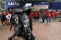Movimento de Luta por Moradia protesta em frente à sede da Caixa em Porto Alegre