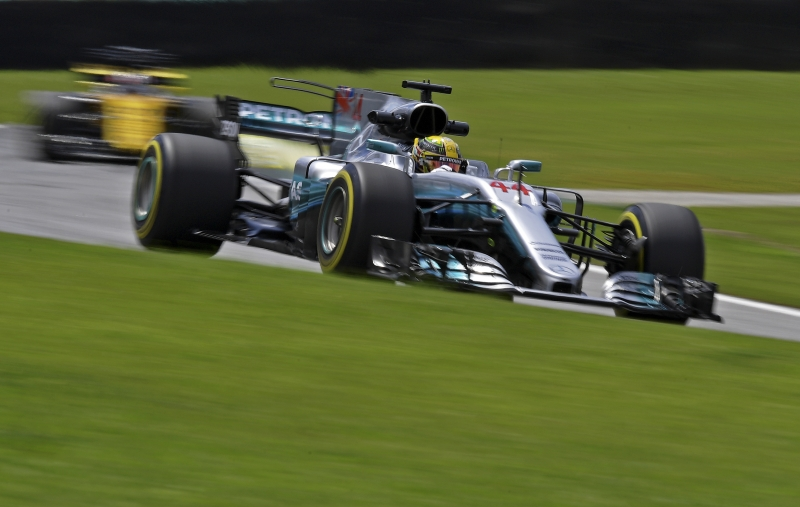 Hamilton guia o carro da Mercedes-Benz no circuito de Interlagos