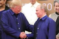 O inesperado cumprimento entre Trump e Putin em jantar de gala no Vietnã