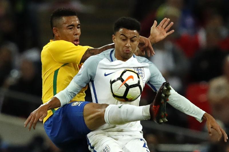 Gabriel Jesus disputa a bola com Jesse Lingard durante o amistoso entre Inglaterra e Brasil