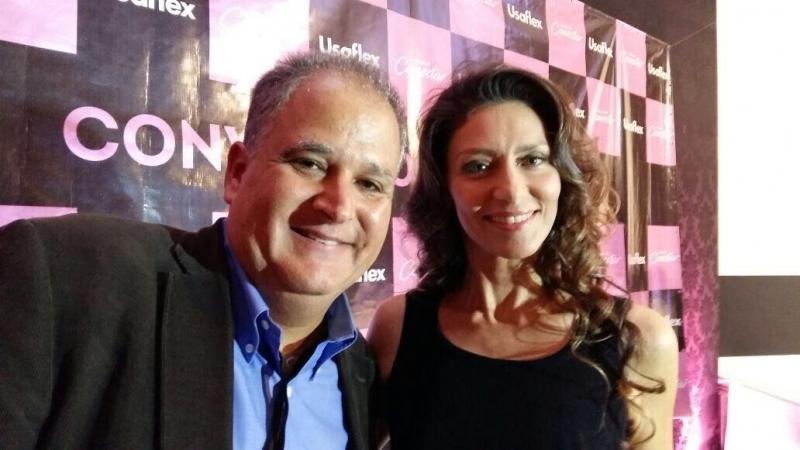 Fotolegenda Sérgio Bocayuva e a atriz Maria Fernanda Cândido, que foi anunciada como garota propaganda da Usaflex na feira Zero Grau, em Gramado
