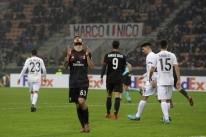 Com homenagem a Kaká, Milan goleia e se classifica na Liga Europa