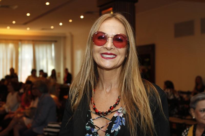 O estilo hippye-chic de Carla Lubisco no desfile da Liga Feminina de Combate ao Câncer, no Country