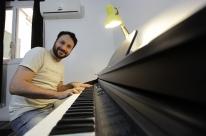 Professor de música aproveita a baixa temporada para incorporar aulas de artes cênicas