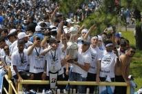 Elenco do Grêmio é recebido com festa em Porto Alegre