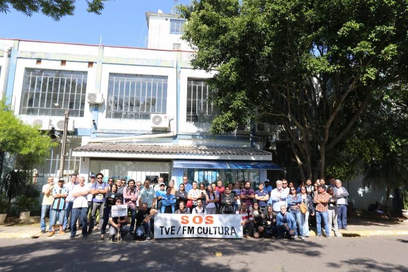 Servidores da Fundação Piratini protestam após demissão de funcionários