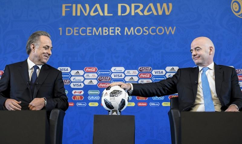 O presidente da Fifa, Gianni Infantino (d), disse que a situação do cartola brasileiro pode se complicar