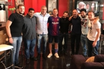 Vice do Grêmio diz que Barcelona preparou armadilha em foto com Arthur