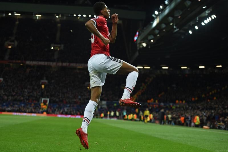 Marcus Rashford salta para comemorar o tento do United contra os russos