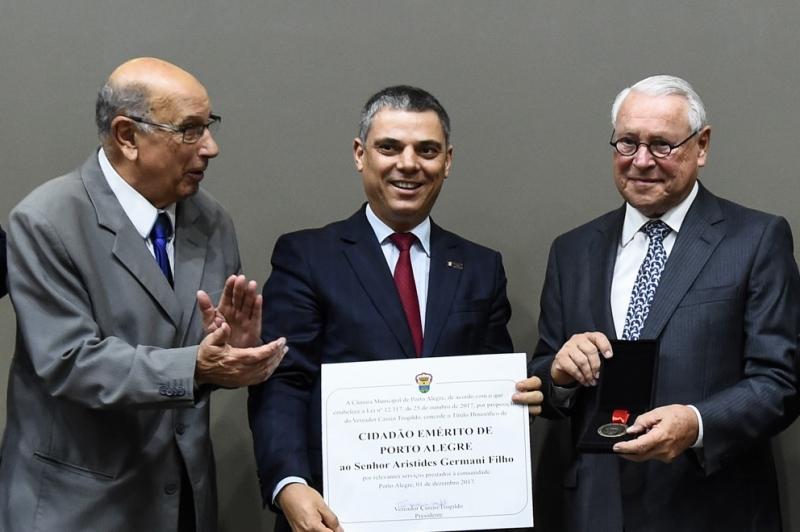 Os vereadores Reginaldo Pujol e Cassio Trogildo com Aristides Germani Filho, que recebeu o título de Cidadão Emérito de Porto Alegre