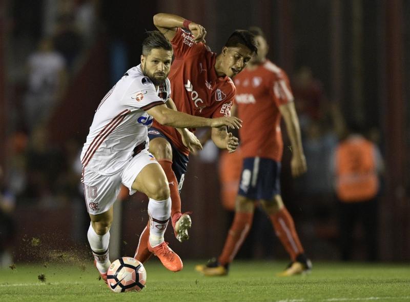 Flamengo de Diego (e) começou melhor, mas cedeu a vitória para o Independiente de Meza (e)