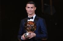 Cristiano Ronaldo vence prêmio da Bola de Ouro pela quinta vez