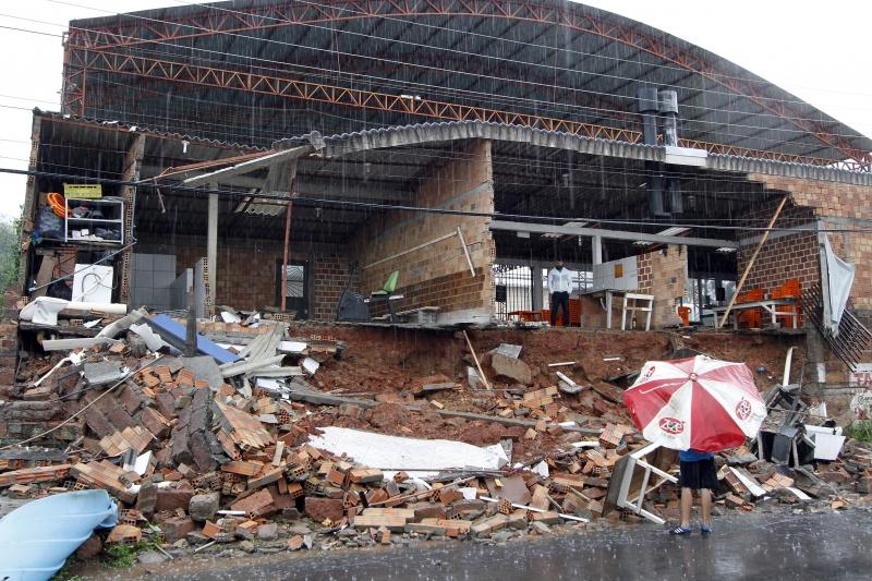 Ginásio Arena Universitária teve parte de sua estrutura destruída pela enxurrada da madrugada