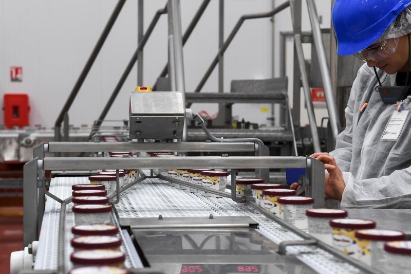 Horas trabalhadas na produção cresceram 0,8% em dezembro, enquanto massa salarial recuou 0,6%