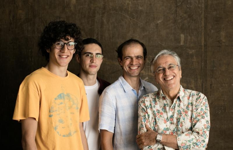 Moreno, Zeca e Tom Veloso acompanham o pai em show no Araújo Vianna