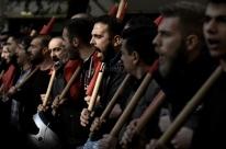 Gregos voltam às ruas e prometem reagir a medidas de austeridade