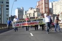 Rodoviários protestam em Porto Alegre contra parcelamento do 13° salário