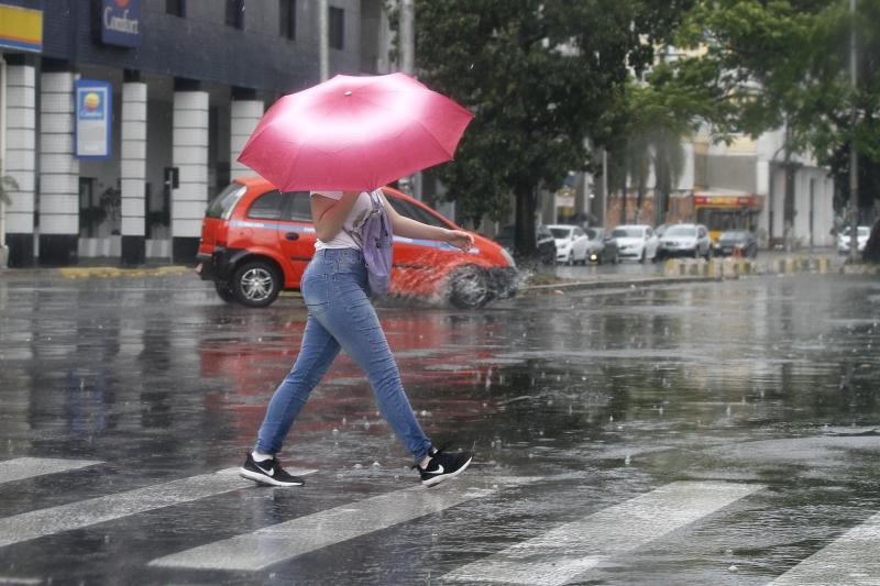 Domingo teve chegada de chuva após forte vento e onda de calor