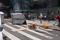Ambulantes protestam em Porto Alegre após apreensão e destruição de mercadorias