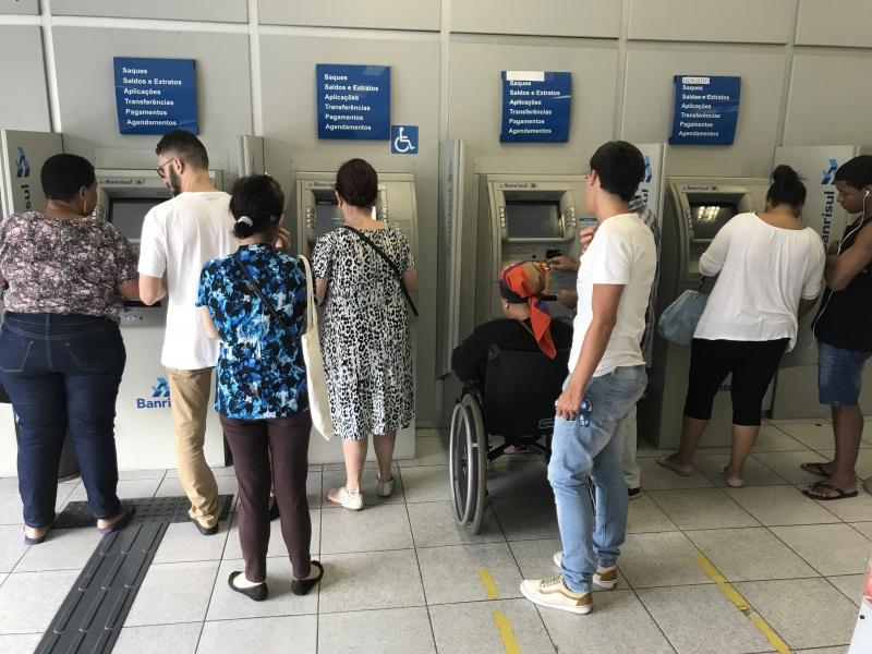 Servidores fizeram fila nas agências bancárias para contratar o empréstimo do 13° salário