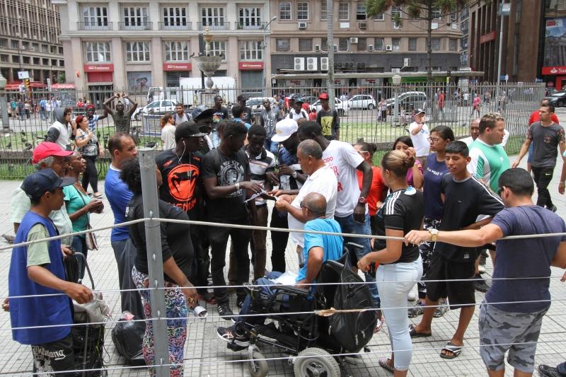 Em frente ao Paço Municipal, vendedores ambulantes exigiram apoio da prefeitura