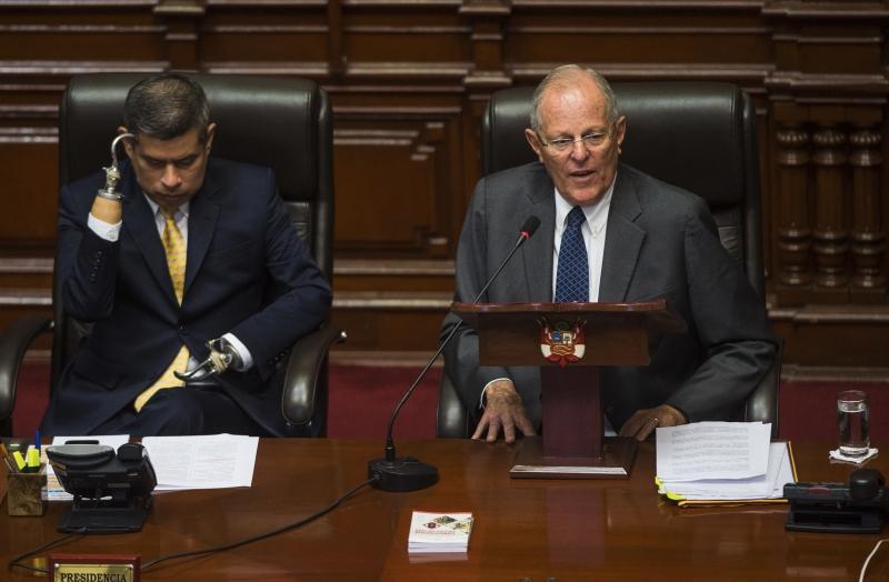 'Não está em jogo minha permanência, e sim a sustentabilidade da democracia peruana', disse Kuczynski (d)