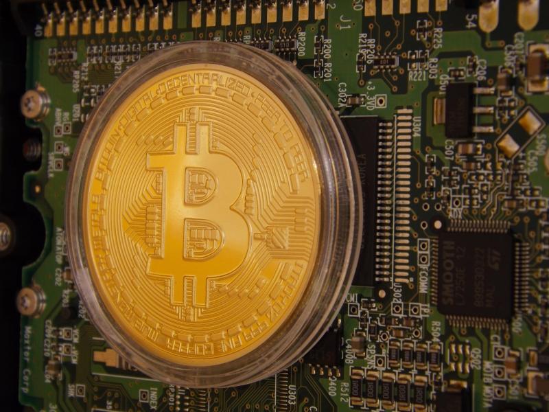 Perfil de quem aplica em bitcoins é de homens entre 25 e 35 anos