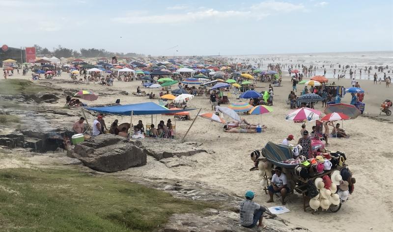 Praia Grande, em Torres, primeiro dia e 2018 com areia lotada de veranistas - litoral Norte - verão -