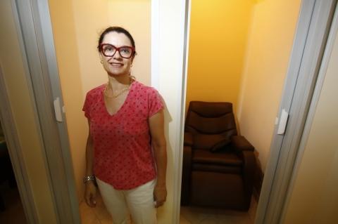 Após a soneca, Silvia oferece café e cafuné para a clientela do local