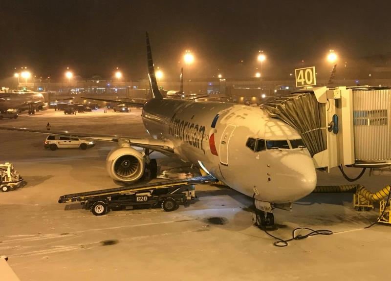 Aviões no aeroporto Ronald Reagan, próximo a Washington, ficam cobertas de gelo