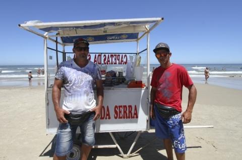 Dupla de Caxias do Sul troca bar pela praia e fatura mais de R$ 2 mil por dia