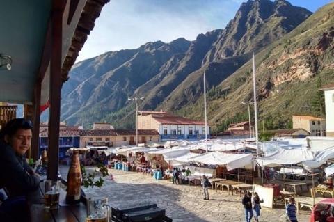 Paisagem de Pisac, no Peru, com tendas de produtos locais